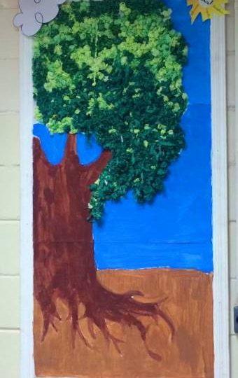 Confeccionando a árvore com entusiasmo – 5º ano C tarde