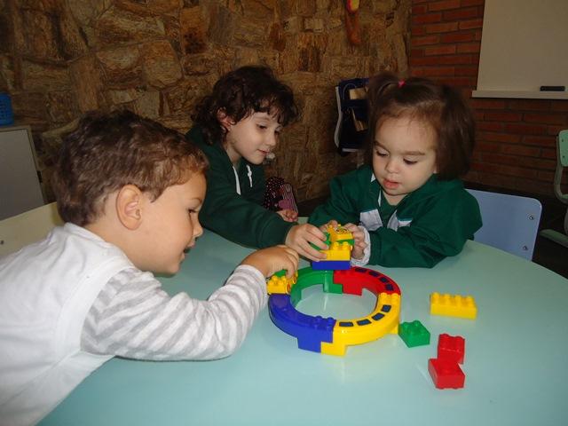 Brincando para desenvolver a coordenação motora – Maternal 2 manhã