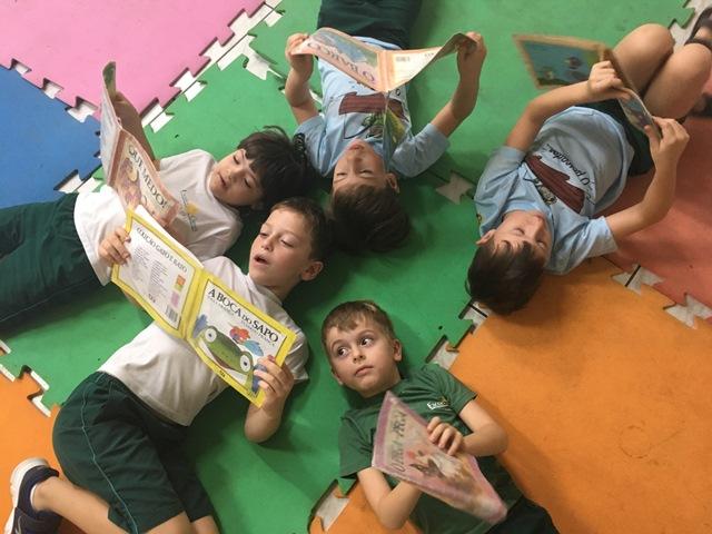 Os pequenos leitores da sala do Pré D