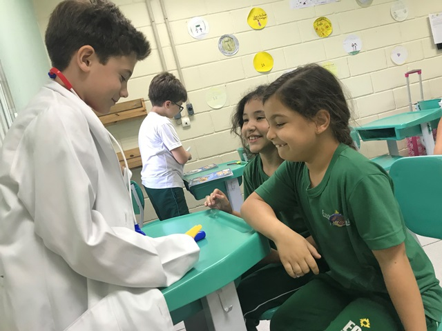 At the doctor's office (Descrevendo problemas de saúde) – 2º ano